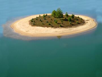 Private/sand beach/spring fed lake